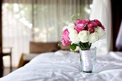 婚礼在床上的花束花 库存照片