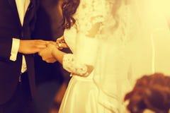 婚礼在教会里 新娘戴着在fing的圆环 免版税库存图片