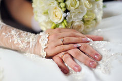 婚礼在新娘手上开花花束有在背景的白色礼服的 库存图片