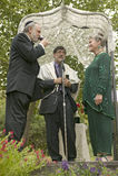 婚礼在有犹太教教士、新娘和新郎的一个机盖下在传统犹太人的婚礼在Ojai,加州 库存照片