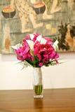 婚礼在桌上的花束花 免版税库存图片