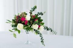 婚礼在桌上的花构成 与玫瑰的花束与第三 免版税库存照片