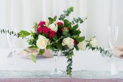 婚礼在桌上的花构成 与玫瑰的花束 图库摄影