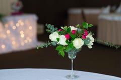 婚礼在桌上的花构成 与玫瑰的花束 免版税库存照片