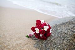 婚礼在海滩的花束花 库存照片