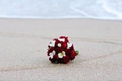 婚礼在海滩的花束花 图库摄影