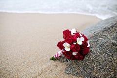 婚礼在海滩的花束花 免版税库存照片