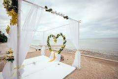 婚礼在海滩的设定细节 库存图片