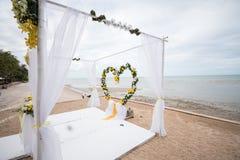 婚礼在海滩的设定细节 免版税库存照片