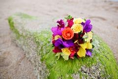 婚礼在热带沙子海滩的花束花 库存照片