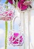 婚礼在白色和紫色的曲拱装饰 库存照片