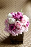 婚礼在竹桌上的花束花 库存照片