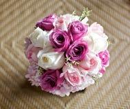 婚礼在竹桌上的花束花 免版税库存照片