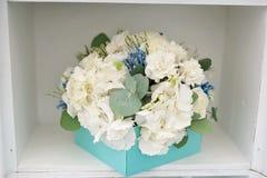 婚礼在箱子的花束特写镜头在架子 库存照片