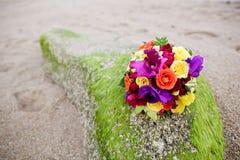 婚礼在美丽的沙子海滩的花束花 免版税库存图片