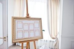 婚礼在画架的就座图在轻的餐馆 库存图片