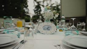 婚礼大厅装饰的内部准备好客人 仪式和婚礼的美好的室 新娘概念礼服婚姻纵向的台阶 股票录像