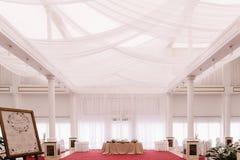 婚礼大厅,装饰用隆重和缎 免版税库存图片