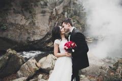 婚礼夫妇、拥抱的新郎和的新娘,室外近的河 图库摄影
