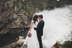 婚礼夫妇、拥抱的新郎和的新娘,室外近的河 库存图片
