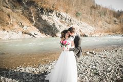 婚礼夫妇、拥抱的新郎和的新娘,室外近的河 库存照片