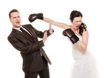 婚礼夫妇。新娘拳击新郎。冲突。 免版税库存图片