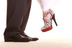 婚礼夫妇。新郎和新娘的腿。 免版税库存照片