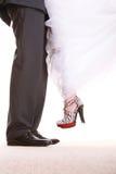 婚礼夫妇。新郎和新娘的腿。 免版税图库摄影