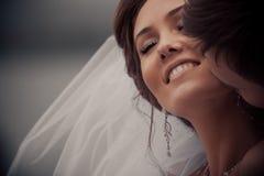 年轻婚礼夫妇亲吻 免版税库存照片
