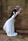 婚礼夫妇亲吻 库存图片