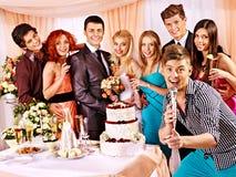 婚礼夫妇和客人唱歌曲 免版税库存图片