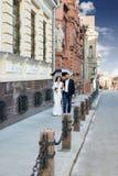婚礼夫妇在伞下 免版税库存照片