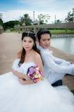 婚礼夫妇在公园在泰国 免版税图库摄影