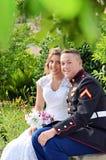 婚礼夫妇在公园 免版税库存图片