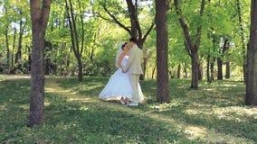 婚礼夫妇在公园 股票录像
