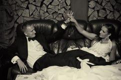 婚礼夫妇在减速火箭的屋子里 免版税库存图片