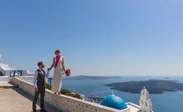 婚礼夫妇在圣托里尼,希腊 免版税库存照片