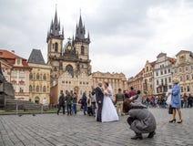 婚礼夫妇在布拉格 图库摄影