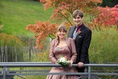 婚礼夫妇在秋天 免版税库存图片