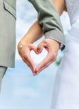 婚礼夫妇手 免版税库存照片