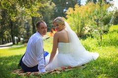 婚礼夫妇新婚佳偶新娘和新郎在爱户外婚礼之日 在新娘天拥抱的愉快的爱恋的夫妇 新婚佳偶机智 免版税库存图片