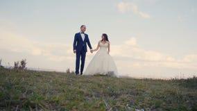 婚礼夫妇步行 影视素材