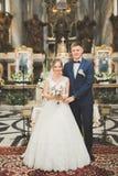 婚礼夫妇等待,并且新郎在教会里结婚 图库摄影