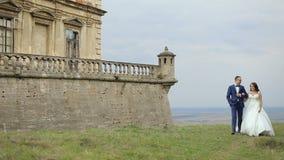 婚礼夫妇获得乐趣在城堡前 影视素材