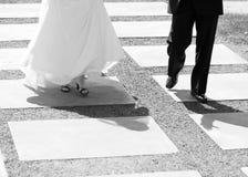 婚礼夫妇走 免版税库存照片