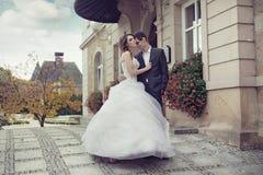 年轻婚礼夫妇跳舞室外 免版税库存图片