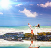 婚礼夫妇,婚姻,蜜月在马尔代夫的sumer旅行 免版税库存图片