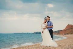 婚礼夫妇,新娘和新郎,走在a 免版税库存照片