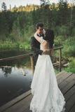 婚礼夫妇,新娘,摆在码头的新郎 免版税库存照片