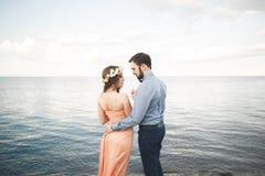 婚礼夫妇,新娘,走和摆在码头的新郎 库存图片